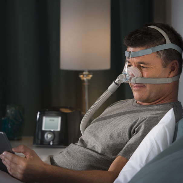 Man wearing Eson 2 cpap mask reading in bed